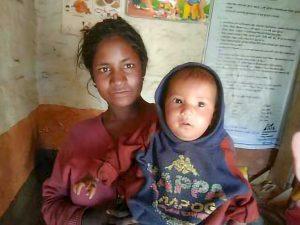 Laknu Kami with her daughter
